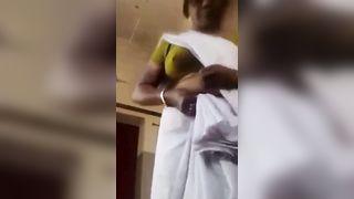 परिपक्व और गर्म मल्लू डॉक्टर मोबाइल पर नग्न सेल्फी बनाना