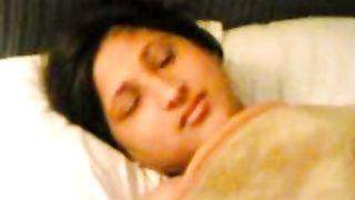 सुबह के समय एक युवा पत्नी नंगी बिस्तर में & गोली मार उसके शौक द्वारा