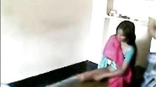मुक्त छिपे हुए कैमरे सेक्स वीडियो एक सेक्सी नौकरानी.