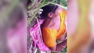 भारतीय गाँव की भारतीय पोर्न मूवी प्रेमी के साथ आउटडोर सेक्स