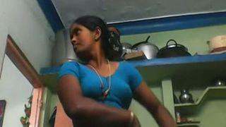 दक्षिण भारतीय चाची को बदलते समय देवर ने पकड़ लिया