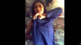 स्कूल लड़की उसे bf के लिए कपड़े
