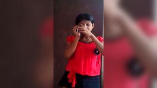 पटना गर्म किशोरों की लड़की फोन पर बात कर रही है और उसकी नग्न सौंदर्य