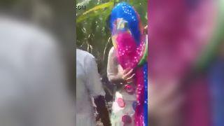 भारतीय गाँव की लड़की घर के बाहर रोमांस वीडियो