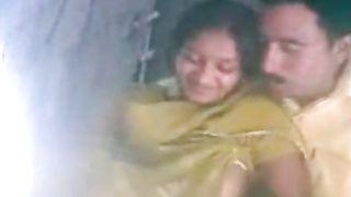 देसी गाँव की लड़की घर के बाहर अश्लील क्लिप