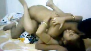 भारतीय देसी लड़का घर पर अपनी भाभी को चोदता है जबकि उसका भाई दूर रहता है